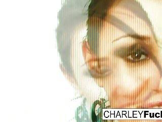 Big Boobs von Studio Private Charley Chase XXX Charley Chase streifen aus ihrem sexy Outfit und breitet sich aus