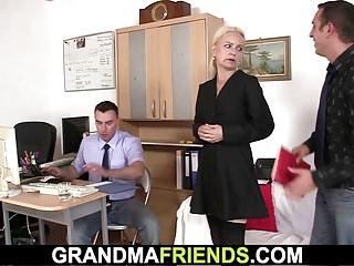 zwei Kerle teilen sehr alte Frau
