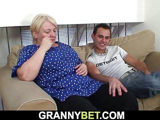 Old-n-young Granny Bet er hilft blonde alte Oma
