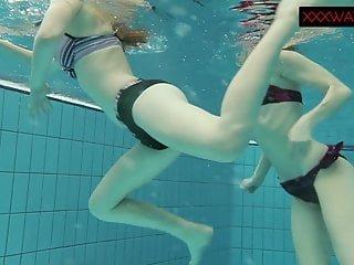 Die schlanke Nastya zeigt ihren nackten Körper beim Schwimmen unter Wasser