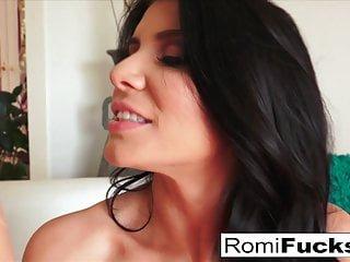 Big Boobs von Studio Private Puba Sexy Romi Rain stopft ihre Muschi mit einem großen Spielzeug