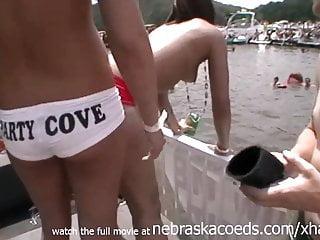 Young von Studio Sinsational Nebraska Coeds echte zufällige Party Mädchen nackt in der öffentlichen Partei Bucht See von