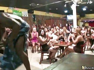 X Group Sex Dancing Bear geile Frauen warten, um Schwanz zu saugen