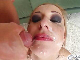 Cum for Cover fünf Jungs bedecken das Gesicht eines schönen Mädchens