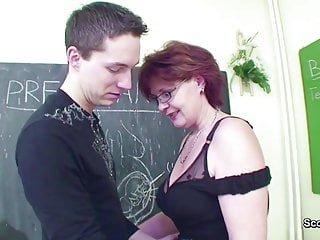 Old-n-young Scout 69 Weibliche sex Lehrer verführen junge junge, um ihre milf pussy ficken