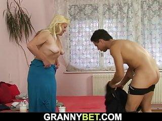 alte blonde Frau genießt Reiten seine geile Schwanz
