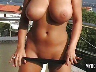 Busty von Studio Nubile Films Babes My BooBs Channel vollbusige babe kora kryk nackt auf der Öffentlichkeit in Kroatien