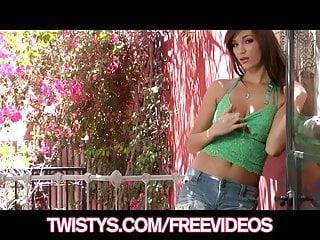 Natural von Studio Elegant Angel Twistys Network geile natürliche Brünette Holly Michaels Finger fickt ihre Muschi
