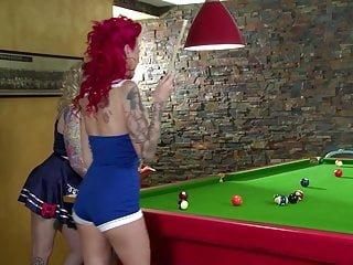 EURO GIRLS ON GIRLS tätowiertes Billard Babes Becky Holt & Belle Black lecken ihre