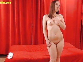 Curvy von Studio Elegant Angel Banana Hotties Kyra Hot kurvige Brünette posiert nackt für ein Fotoshooting