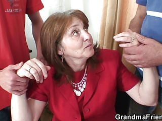 Old-n-young Grandma Friends Channel heißer Dreier im Büro mit alter Oma