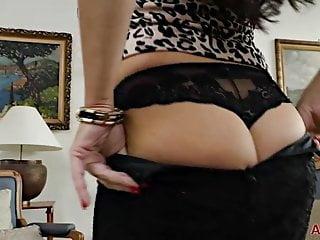 Allover 30 julia dranac sexy milf in Strümpfen und Fersen spielen