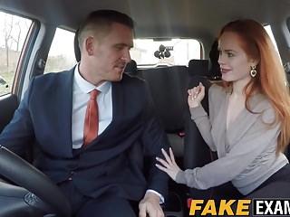 Fake Driving School Rotschopf hottie Ella Hughes bekommt Doggy gestylt im Auto