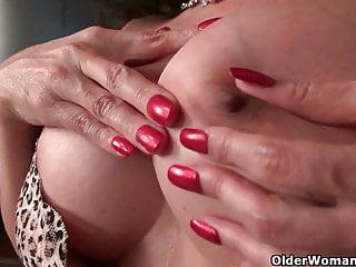 Busty von Studio Nubile Films Older Woman Fun vollbusige milf April White schälte sich von ihrem durchnässten Höschen
