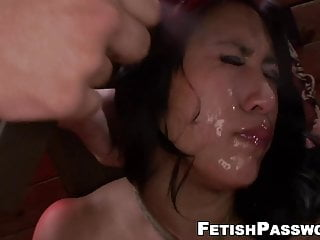 Busty von Studio Nubile Films Fetish Network vollbusige asiatische Mia Li Kehle ficken in bondage dungeon