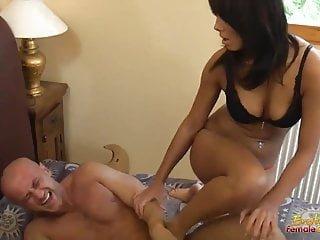 Erotic Female Domination femdom ballbusting im Hotelzimmer