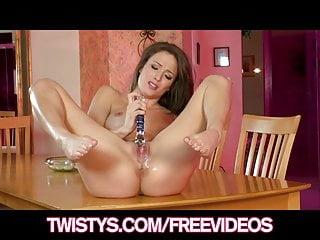 Natural Tits von Studio Devils Film Twistys Network Malena Morgan atemberaubende babe spritzt auf ihr Spielzeug
