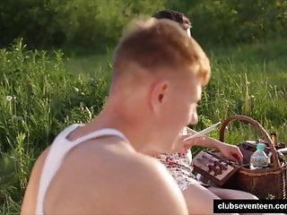 Club Seventeen Arwen Gold teen honig nimmt einen fetten Schwanz beim Picknick
