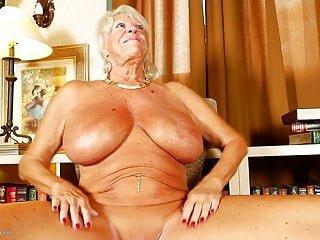 Big Boobs von Studio Private Mature NL alte Oma mit riesigen Titten und gebräunten Körper