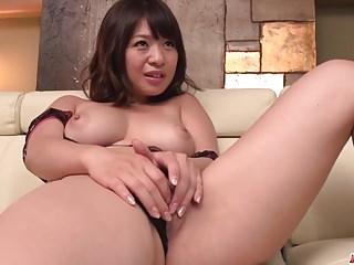 Young von Studio Sinsational Hey MILF Wakaba Onoue versucht junge Penis in ihrer wunderschönen Muschi