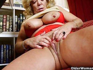 Nylons von Studio Third Degree Older Woman Fun geile Dinge passieren, wenn Mama pornosachtet