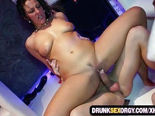 Gang Bang von Studio Red Light District X Group Sex Valentina Ross Verrückt Babes Teilen sie große Schwänze auf der Disco-Party