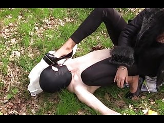 Candy Manson Herrin nimmt Skln zum Picknick