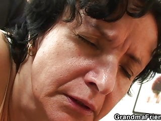 Lingeries von Studio Trimax Old-n-young Grandma Friends Channel alte alte Oma in Dessous schluckt zwei Schwänze
