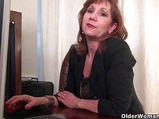 Nylons von Studio Third Degree Older Woman Fun Büro Oma in Strumpfhosen arbeitet ihre alte Muschi