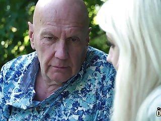 Oldje sexy blonde teen nimmt alten mann schwanz und wird gefickt