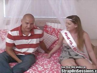 Pegging von Studio Devils Film Strap On Sessions mollig Schwanz von femdom der Riemen auf Prinzessin gefesselt
