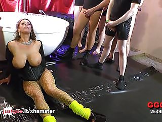 Big Boobs von Studio Private German Goo Girls Sexy Susi sexy milf mit riesigen Titten in einem Meer von Schwänzen verloren - ggg