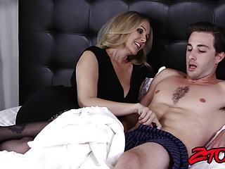 Big Boobs von Studio Private ZTOD schwanz reiten cougar Julia Ann zeigt sich Her big ass und Titten