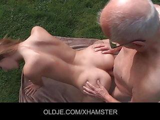 Old-n-young Oldje Alexis Crystal junge geile Muschi von der alten Polier gereinigt