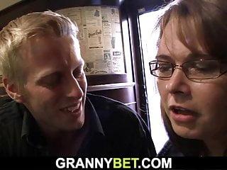 Granny Bet boozed Frau wird abgeholt und gefickt