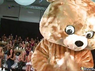 X Group Sex Dancing Bear geile Frauen zeigen ihre Schwanz saugen Fähigkeiten