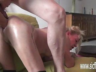 Amateur Deutsche Frau Doppel-Fisting und riesigen Dildo