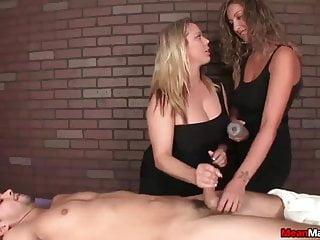 Young von Studio Sinsational Mean Massage Amber Lynn Bach zwei bossy Damen Tag-Team ein armer junger Mann