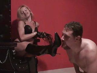 Femdom Austria femdom Damen bestellen Sklaven, um ihre Stiefel zu reinigen