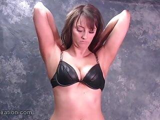Busty von Studio Nubile Films Leather Fixation vollbusige Babes necken in Leder BH Jacke Stiefel Rock Fetisch