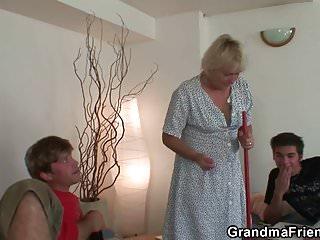Old-n-young Grandma Friends Channel alte dünne Oma nimmt 2 Schwänze von beiden Seiten