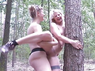 Tight von Studio PornPros Ersties heißes Deutsch Babes ficken mit strap ons im Freien