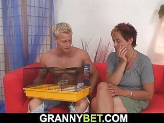 Young von Studio Sinsational Granny Bet alter reifer Nachbar reitet seinen geile große Schwanz