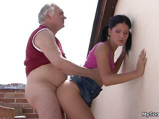 Old-n-young My Sons GF Lucy Bell älterer Mann fickt jüngere Frau von hinten