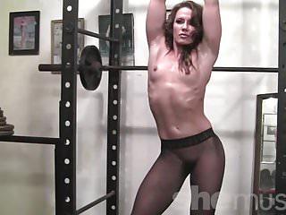 Female Muscle Network Inari Vachs beweist, dass Strumpfhosen sexy sein können
