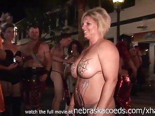 Young von Studio Sinsational Nebraska Coeds raw mädchen gingen nackt auf den Straßen von Schlüssel West florida für