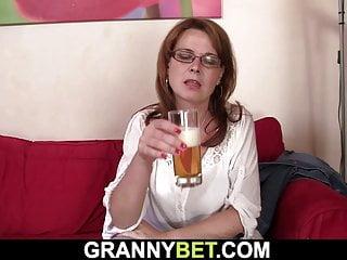 Busty von Studio Nubile Films Granny Bet vollbusige alte Frau gibt Kopf und reitet großen Schwanz