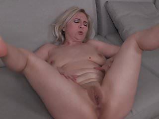 Mature NL Reife Mama Alma mit saggy Titten und hungrige alte Cunt