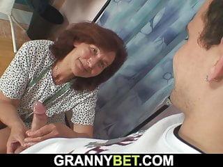 Granny Bet alte Schneiderin nimmt jüngeren Schwanz von hinten