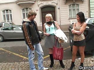 Young von Studio Sinsational Granny Bet junge Kerl nimmt dünne Oma Prostituierte